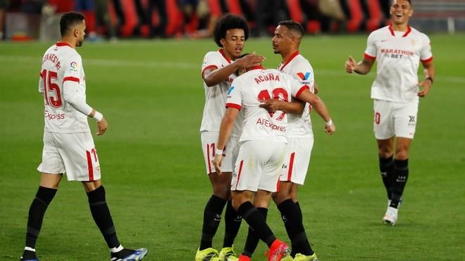 Los jugadores del Sevilla felicitan a Acuña por su gol.