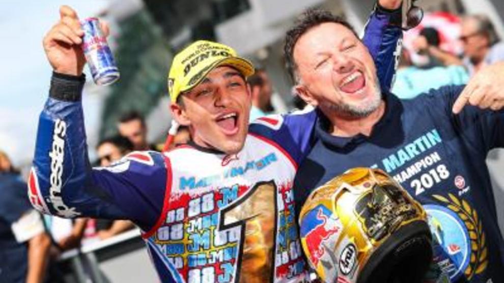 Jorge, con Fausto Gresini, cuando se proclamó campeón de Moto3 en 2018.