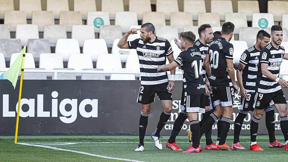Andújar se señala la cabeza tras el primer gol del Cartagena ante el...