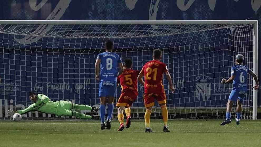 Cristian Álvarez le detiene el penalti a Ibán Salvador con esta gran...