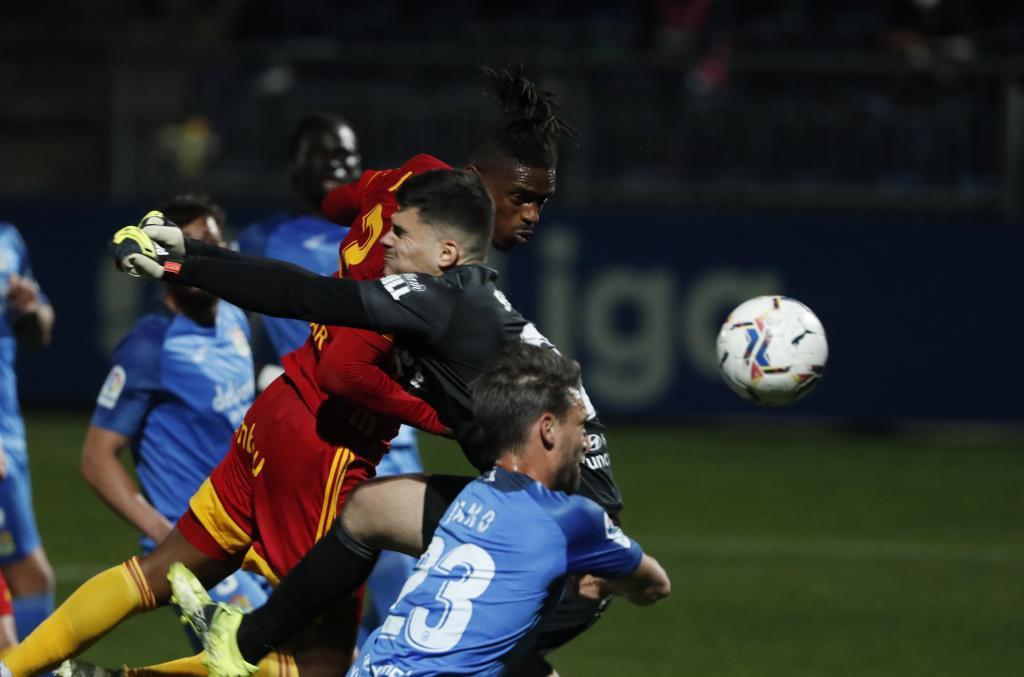 Belman sale de puños mientras Jair busca el cabezazo en el área...