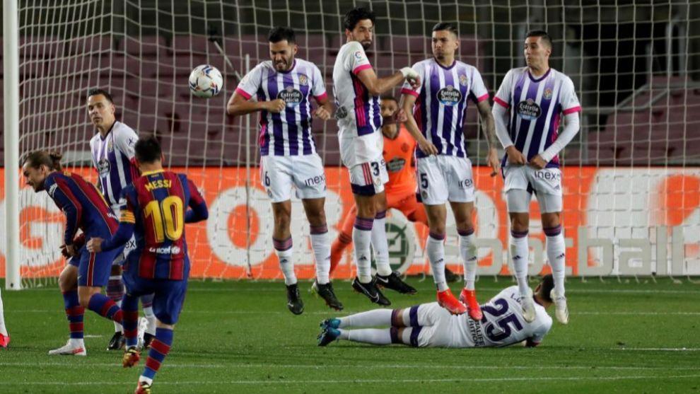 Messi lanza una falta ante la barrera del Valladolid