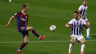 De Jong da un pase en el partido contra el Valladolid.