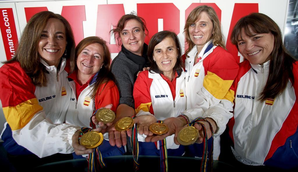 20 años después, varias campeonas muestran sus medallas.