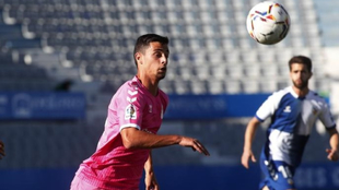 El jugador de Las Palmas intenta controlar un balón ante el Sabadell.