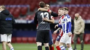 Oblak y Suárez se abrazan tras ganar al Alavés.