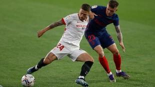 Papu Gómez es presionado por Trippier.