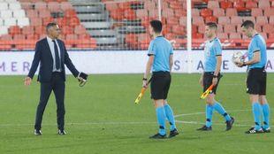 El técnico José Gomes se dirigió a Muñiz Ruiz tras el partido ante...