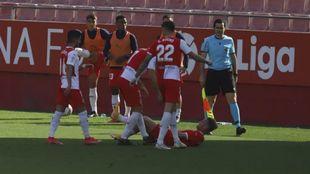 Samu se duele en el suelo de su lesión tras marcar el 2-0 a la...