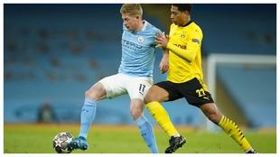 Kevin de Bruyne protege el balón ante Jude Bellingham.