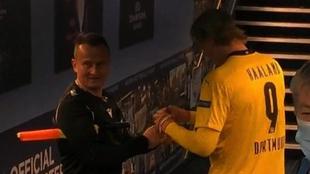 Savre le pide el autógrafo a Haaland en el túnel de vestuarios