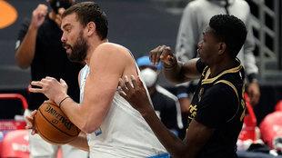 Marc Gasol se lleva un rebote ante Chris Boucher de los Raptors