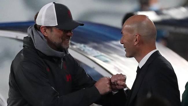Zidane y Klopp se saludan antes del inicio del partido.