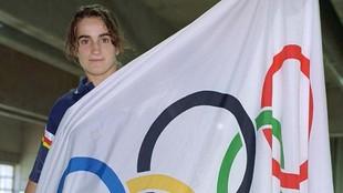 Isabel Fernández, con la bandera olímpica