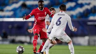 Naby Keita y Nacho en el Real Madrid-Liverpool