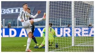 Cristiano Ronaldo se lamenta después de fallar una ocasión ante el...