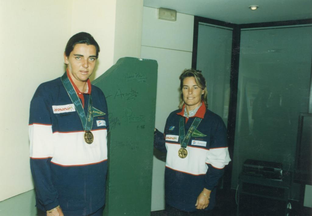 Begoña Vía-Dufresne y Theresa Zabell, con sus medallas en la redacción de MARCA