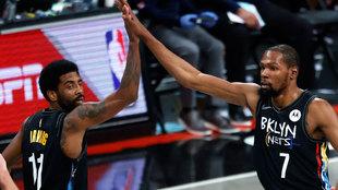 Kyrie Irving felicita a Kevin Durant tras una canasta ante los...