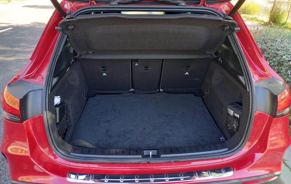 El maletero del Mercedes GLA 250 e tiene una capacidad de 385 litros.