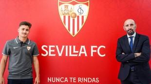 Iván Romero posa junto a Monchi tras firmar su nuevo contrato.