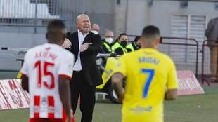 Pepe Mel gesticula durante el partido de Las Palmas en Almería