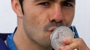 Rafael  'Balita' Lozano besa la medalla de plata conseguida...