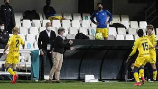 Anquela se dirige a sus jugadores durante el partido de Cartagonova