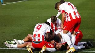 Samú Costa es abrazado por sus compañeros, entre ellos Sadiq