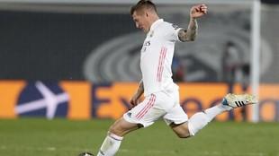 Toni Kroos se dispone a dar un pase en el partido ante el Liverpool