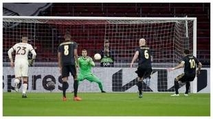 Pau López detiene el penalti lanzado por Tadic al centro de la...