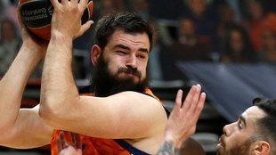 Bojan Dubljevic protege el balón ante Vildoza