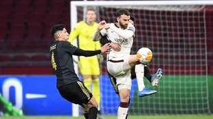 Edson Álvarez tiene un partido desafortunado ante La Roma.
