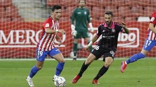 Manu García (23) conduce el balón ante Aitor Sanz (36) en el partido...