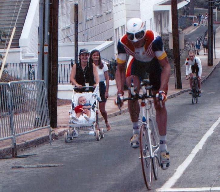 Miguel Indurain en Atlanta 96-. Junto a la ruta -más bien, en la ruta- su esposa e hijo