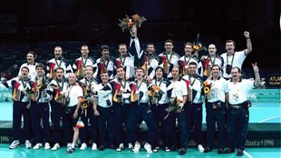 La selección española de balonmano posa con la medalla de bronce