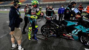 Uccio Salucci, junto a Valentino Rossi, en la parrilla del GP de Doha.