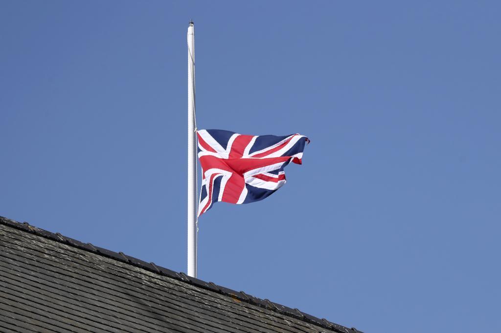 La bandera del Reino Unido ondea a media asta en el hipódromo de Aintree, en memoria de Felipe de Edimburgo