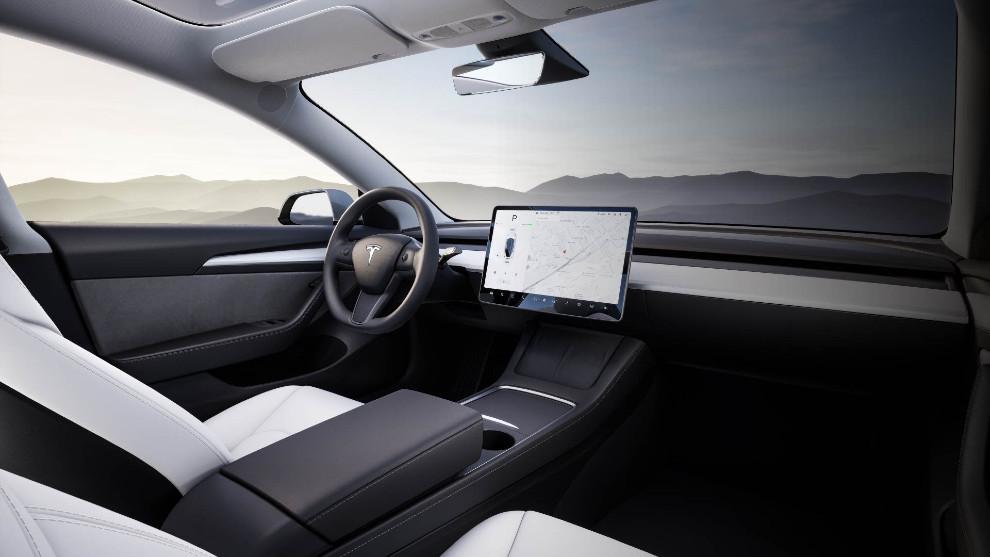 Así es el puesto de conducción del Tesla Model 3.