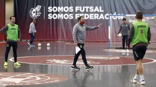 Fede Vidal da instrucciones durante un entrenamiento.