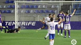Fran Sol celebra el único gol del partido con Mariño en el suelo y...