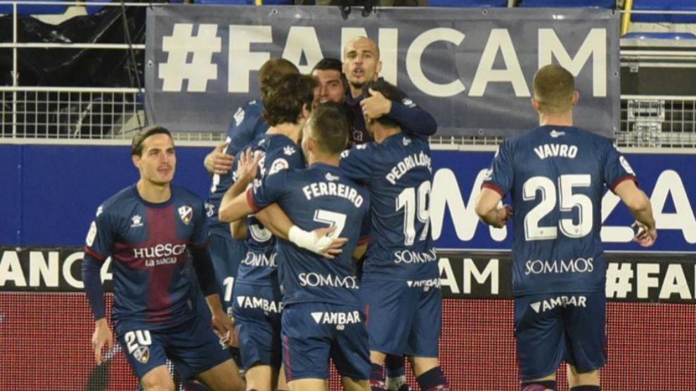 Los jugadores del Huesca celebran uno de los goles ante el Elche.
