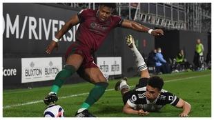 Adama Traoré protege el balón ante Antonee Robinson.