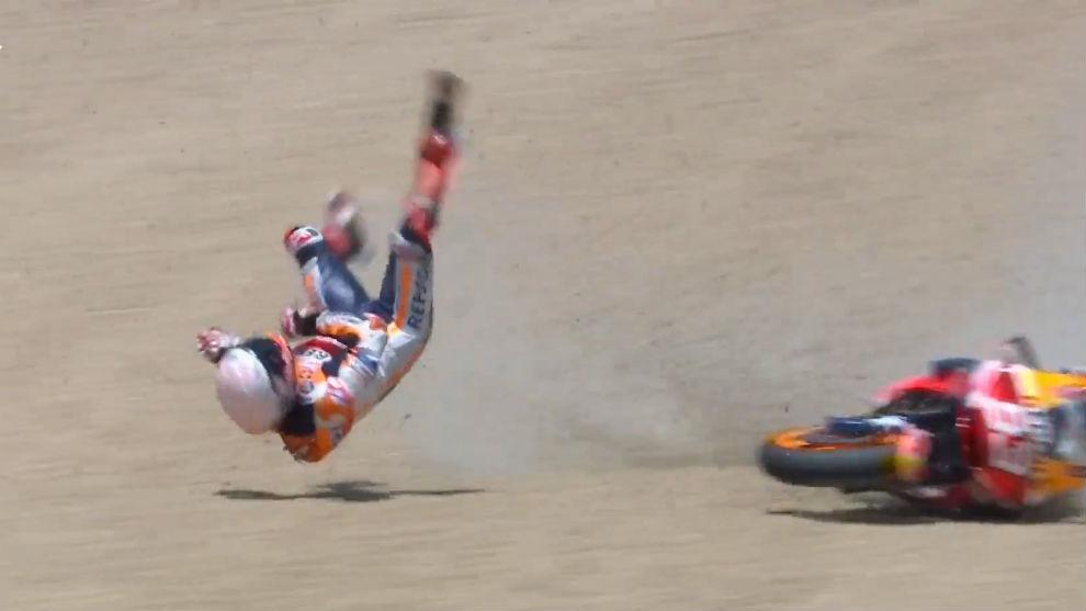Marc Márquez, en el momento de su caída en el Gran Premio de España...