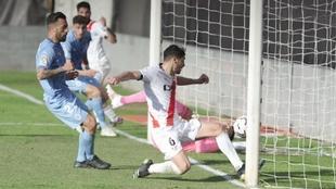 Santi Comesaña, en el momento de marcar el gol al Girona
