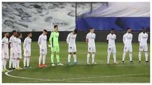 Los jugadores del Madrid, durante el minuto de silencio.