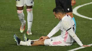 Lucas Vázquez, llevándose la mano a la rodilla