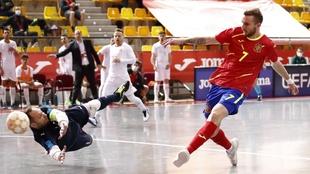 Sergio González supera a Sangines en el segundo gol de España.