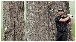 Jon Rahm golpea con el hierro en el hoyo 2 del Augusta National.