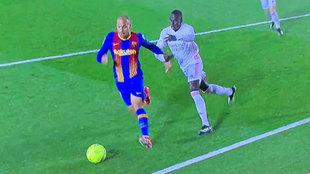 """Hay un pequeño agarrón sobre Braithwaite, pero insuficiente para señalar penalti"""
