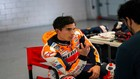 Marc Márquez habla con su 'fisio', Carlos J. García, en su test de...